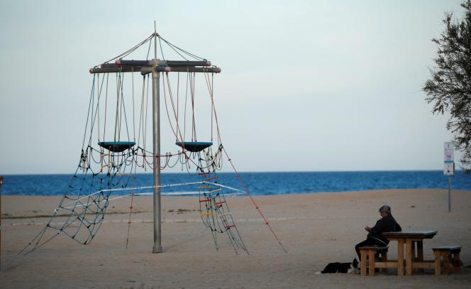 Sur la plage désertée d'El Masnou, au nord de Barcelone (Catalogne), le 29 avril.