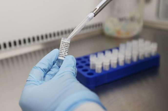 Des scientifiques travaillant sur un possible vaccin contre le Covid à Keele, au Royaume-Uni, le 30 avril.