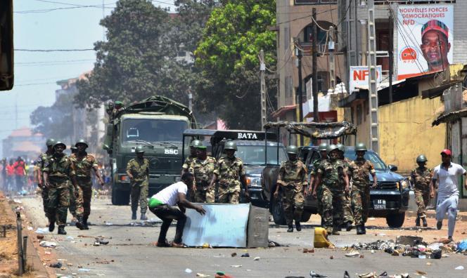 Des manifestants se confrontent à l'armée dans les rues de Conakry le 22 mars 2020, jour du référendum constitutionnel organisé en Guinée.