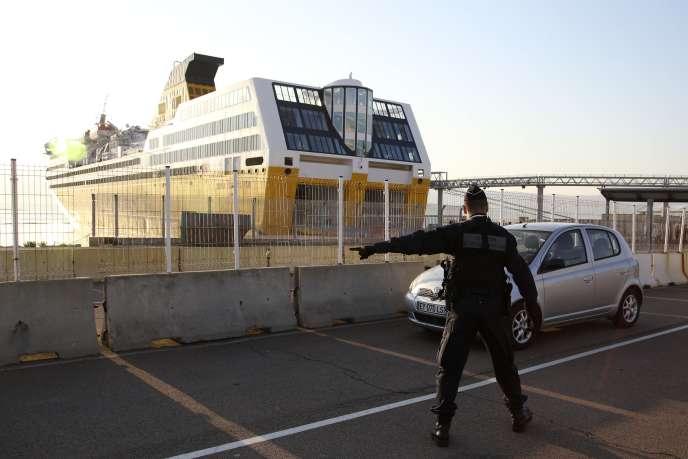 Une voiture est contrôlée par un policier à l'arrivée du ferry, à Ajaccio, le 8 avril.