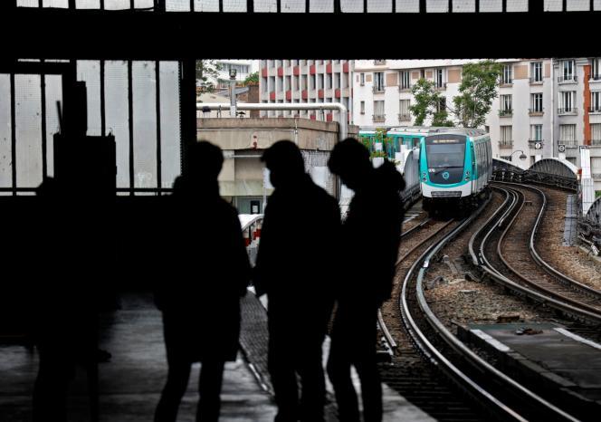 Sur les quais d'une station de métro parisienne, vendredi 30 avril.