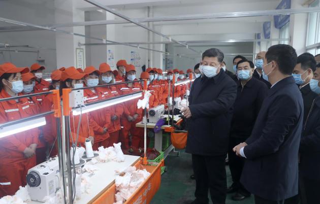 Le président chinois Xi Jinping dans une usine de production de masques à Ankang (province du Shaanxi), le 21 avril.