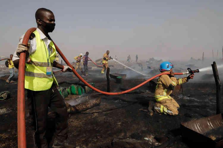 Les pompiers maliens, épaulés par leurs collègues des Nations unies, ont réussi à maîtriser le feu près de deux heures après le début de l'incendie.