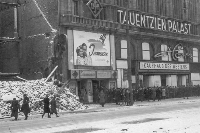 Après la défaite, dès 1945, la vie sociale et culturelle reprend à Berlin en ruines, comme ici, au cinéma.