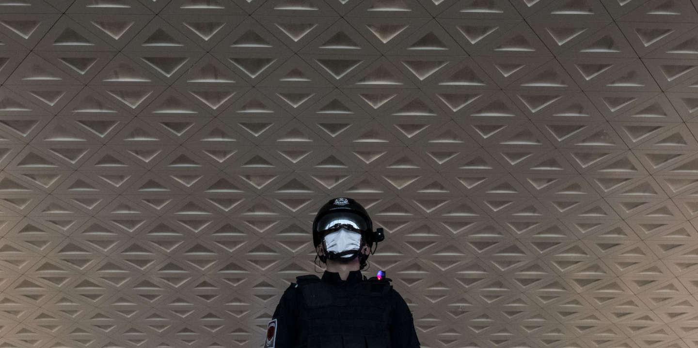 Wuhan (Hubei), le 8 avril 2020 A l'aéroport de Wuhan, le jour de sa réouverture officielle, un policier équipé d'une caméra de lecture thermique et de reconnaissance faciale. Le 8 avril est le jour officiel de la réouverture de Wuhan. Même si beaucoup d'habitants restent encore confinés, beaucoup des contraintes de déplacements sont levés avec des niveaux variables en fonction des quartiers et du statut des résidents (santé, occupation professionnelle).