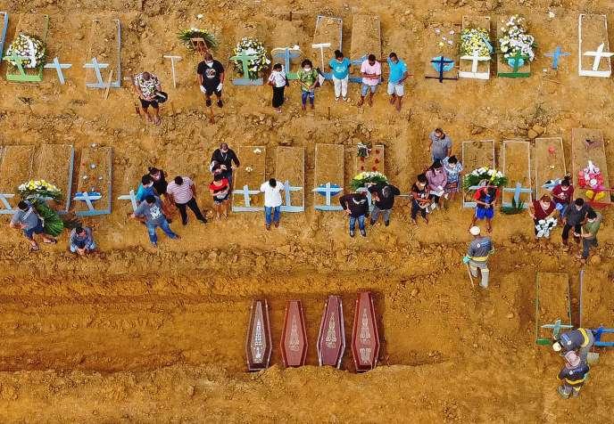 Le cimetière de Nossa Senhora Aparecida à Manaus, au Brésil, le 22 avril 2020.