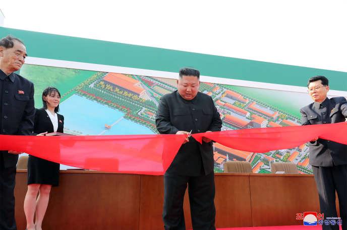 « Le dirigeant suprême Kim Jong-un coupe le ruban pour l'inauguration de l'usine d'engrais », selon une dépêche de KCNA, le 2 mai.