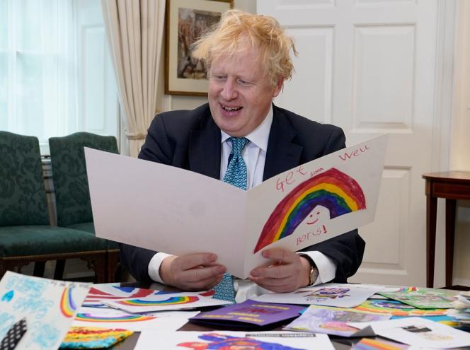 Le premier ministre du Royaume-Uni, Boris Johnson, lit des cartes envoyées par des enfants pendant son hospitalisation. A Londres, le 28avril 2020.