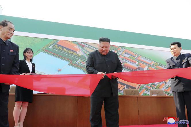 Le dirigeant nord-coréen, Kim Jong-un, inaugure une usine d'engraisà Sunchon, au nord de Pyongyang, le 1er mai 2020. Sa sœurKim Yo-jong apparaît au second plan, à gauche.