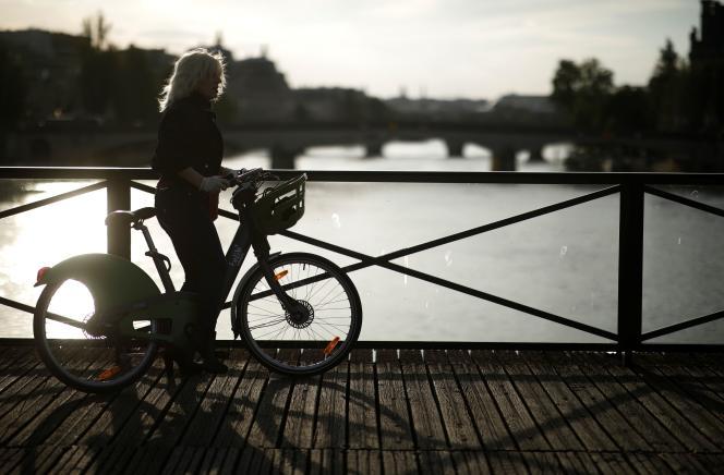 Sur le pont des Arts, à Paris, le 2 mai.