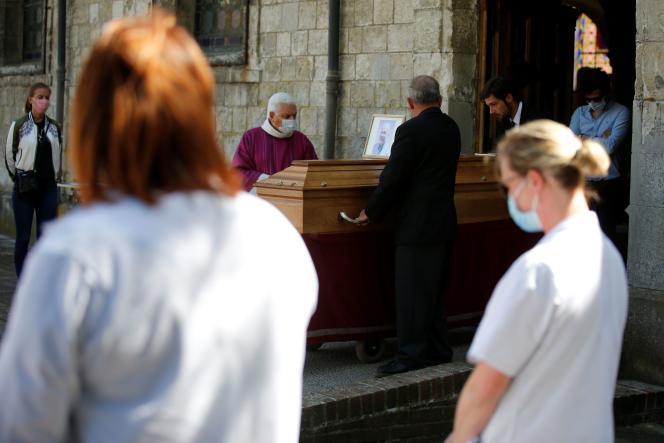Le 23 avril, à Villers-Outréaux (Nord), lors des obsèques de Philippe Lerche, un médecin qui asuccombé au Covid-19.