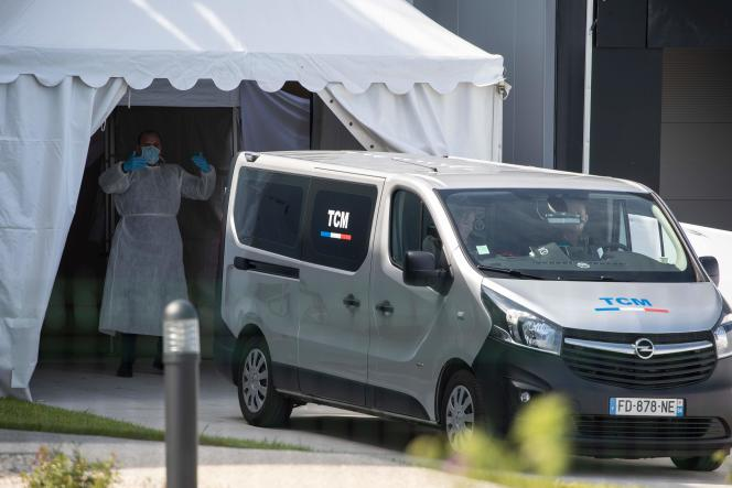 Une camionette des services funéraires amène des cercueils dans un bâtiment transformé en morgue, à Wissous, au sud de Paris, le 19 avril.