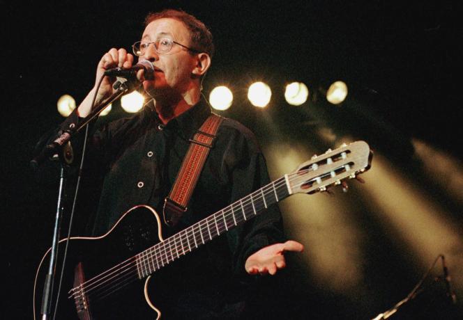 L'Algérien Idir, se produit sur la scène de l'Igloo à Bourges, le 23 avril 2000, à la veille de la clôture du 24e Printemps de Bourges.