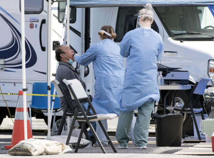 Une clinique mobile effectue des tests du Covid-19 dans la banlieue de Montréal, à Saint-Michel, le 3 mai.