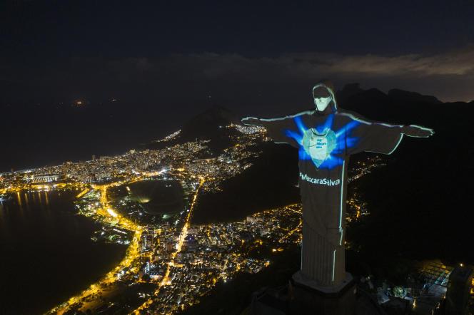 Le Christ rédempteur, dominant la ville de Rio de Janeiro, au Brésil, porte un masque.