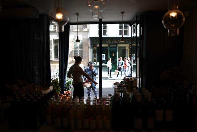 La chef Amandine Chaignot (ici à Paris, le 29 avril) a transformé son restaurant en épicerie, proposant des fruits et légumes de producteurs locaux.