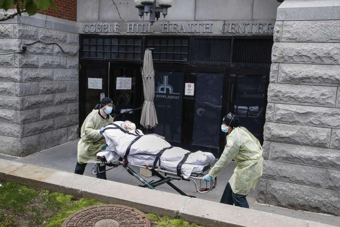 Un homme atteint du Covid-19 transporté dans un centre de santé de Brooklyn, dans la banlieue de New York, le 17 avril.