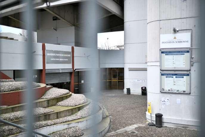 Le centre Pierre-Mendès-France, à l'université Paris-Tolbiac, fermé après qu'un professeur a été testé positif au Covid-19, le 12 mars.