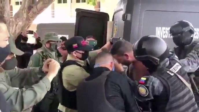 Capture d'écran d'une vidéo du gouvernement vénézuélien montrant des soldats entourant un suspect d'une «incursion de mercenaires»,le 4 mai.