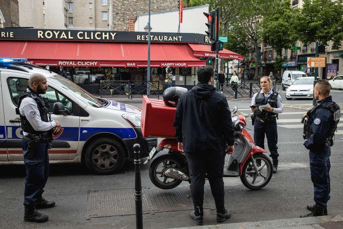 Vérification de l'attestation de déplacement d'un homme à Clichy (Hauts-de-Seine), le 28 avril 2020.