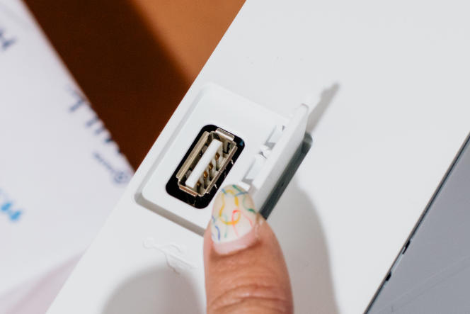 On peut utiliser le port USB de la M255dw pour imprimer des photos, des PDF et des documents Word. Il reste caché sous un petit clapet quand on ne l'utilise pas.