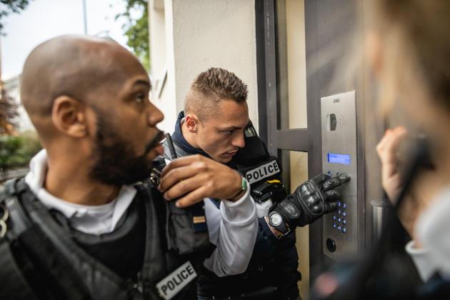 Johan, Eddy et Floriane, policiers au commissariat de Clichy, répondent à l'appel d'une femme dont le fils s'est enervé violemment, à Clichy le 28 avril.