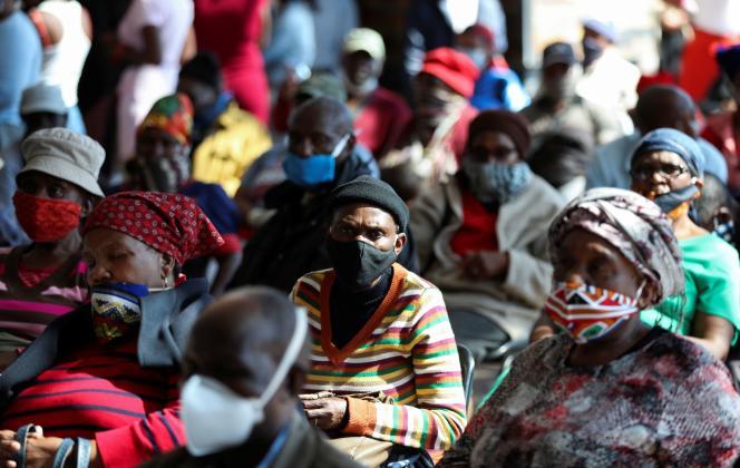 Des habitants de Soweto, en Afrique du Sud, font la queue pour obtenir des subventions du gouvernement, le 4mai 2020, alors que le pays commence à assouplir le confinement décrété pour lutter contre le Covid-19.