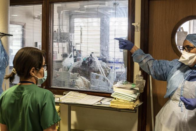 A l'unité de réanimation Covid-19 de l'hôpital Beaujon Assistance publique-Hôpitaux de Paris (AP-HP), à Clichy.