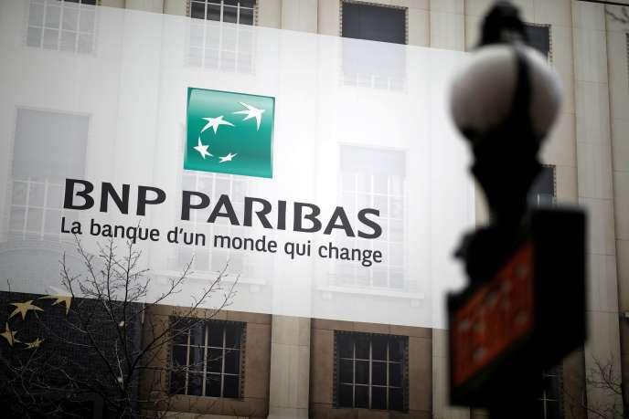 Devant une agence BNP Paribas, à Paris, le 4 février.