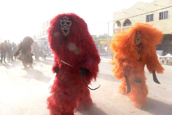 Des danseurs dans une rue de la capitale Banjul, en avril 2017.