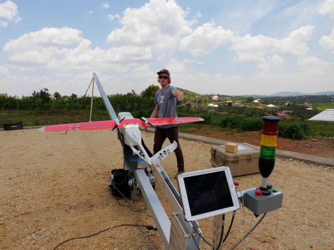 Un drone de la start-up américaine Zipline sur sa rampe de lancement, à Kigali, en octobre 2016.