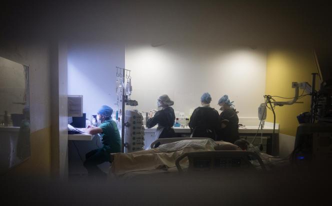 Le personnel médical s'occupe d'un patient infecté par COVID-19 à l'unité de soins intensifs de l'hôpital Lariboisière, à Paris, le 27 avril.