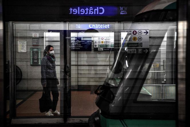Une femme attend le métro à la station Châtelet, le 4 mai.