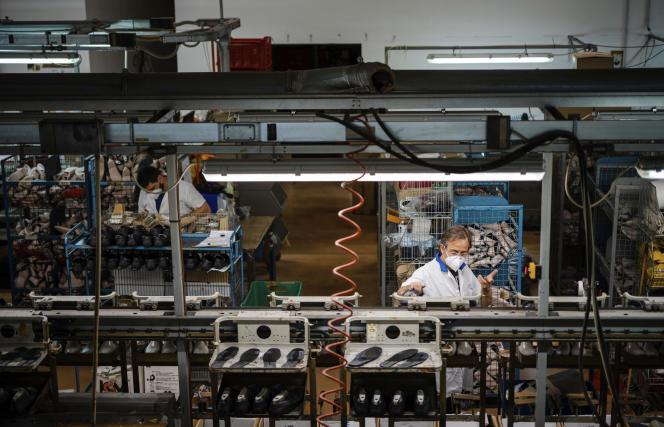 Reprise progressive du travail dans une usine de chaussures à Castelnuovo Vomano (Italie), le 4 mai.