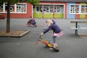 Une enfant dans la cour d'une école privée, le 4 mai 2020, à Saint-Sébastient-sur-Loire, près de Nantes (Loire-Atlantique).