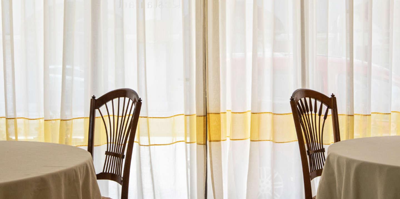 Mende (Lozère), le 27 avril 2020. Depuis la fermeture du restaurant de l'Hôtel de France, le 14 mars à minuit, les tables sont vides. L'hôtel, lui, est resté ouvert; une petite restauration est proposée pour les rares clients (une vingtaine de nuitées depuis le début du confinement)