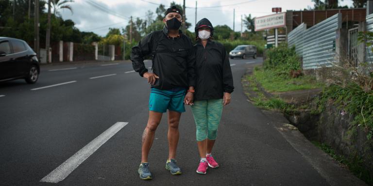 Dans les hauteurs du Tampon, un couple de résidents du quartier du dix-septième fait une promenade sportive.
