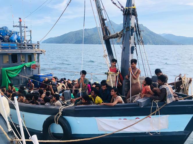 Un bateau de réfugiés rohingya arraisonné par les autorités malaisiennes, le 5 avril.