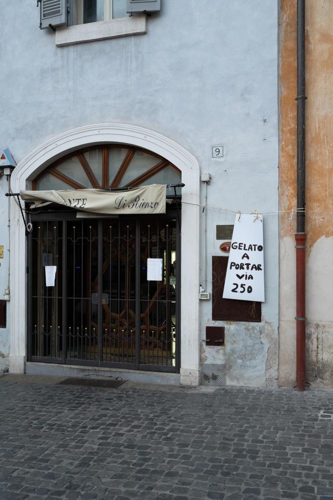 Un restaurant de la place du Panthéon qui propose la glace à emporter. Rome, le 4 mai.
