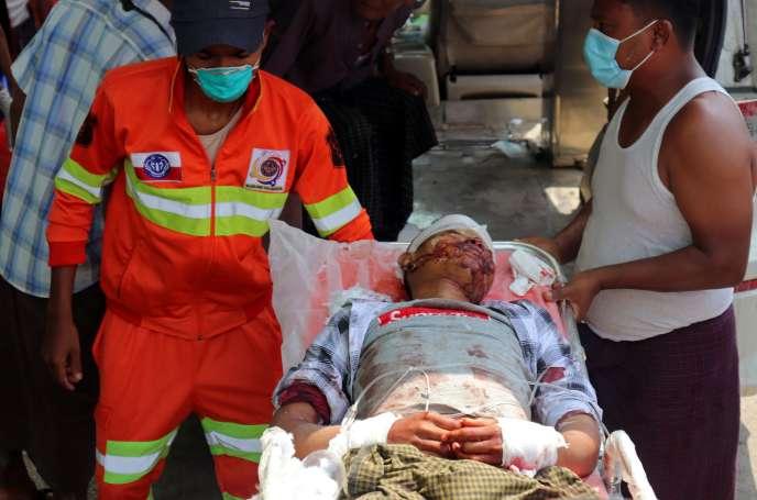 Un homme blessé lors d'un bombardement arrive à l'hôpital de Sittwe, dans l'Etat de l'Arakan, en Birmanie, le 13 avril.