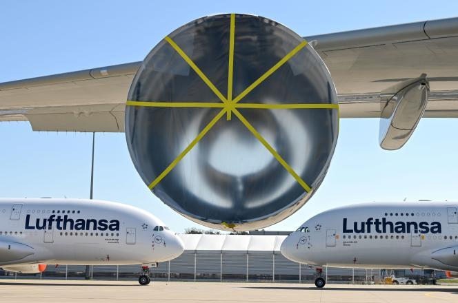 Deux airbus A380-800 de la compagnie allemande Lufthansa, à l'aéroport de Francfort, le 23 mars.