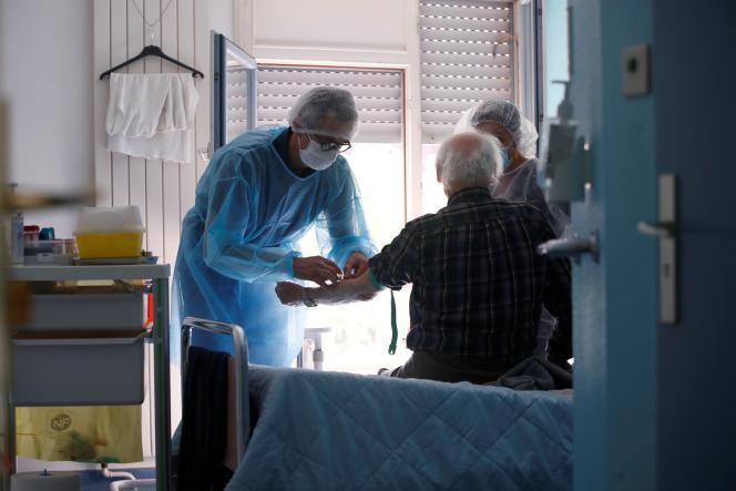 Prise d'échantillon sanguin pour un testsérologique de détection du coronavirus sur un résident de l'Ehpad de Kaysersberg (Haut-Rhin), le 26 avril.
