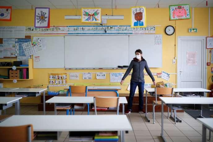 Une enseignante installe une salle de classe pour maintenir la distance sociale, dans une école privée de Saint-Sébastien-sur-Loire (Loire Atlantique), lundi 4 mai.