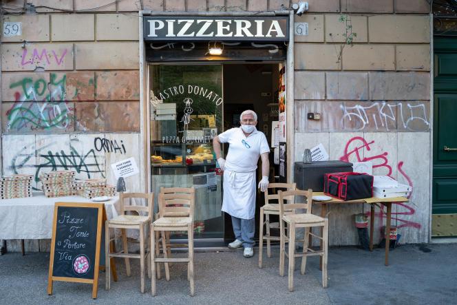 Da Mastro Donato, une pizzeria renommée du quartier de Testaccio. Désormais, les restaurants et commerces de proximité ont pu réouvrir en vendant exclusivement «à emporter». Rome, le 4 mai.