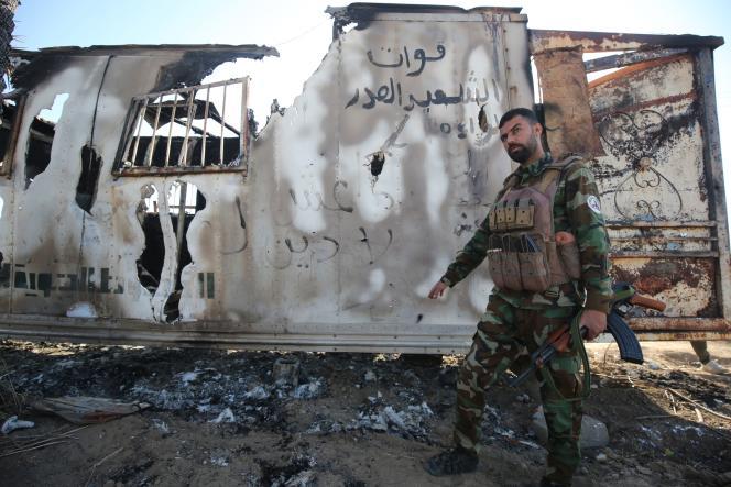 Un combattant irakien des unités de la Mobilisation populaire (MP) après l'attaque de l'organisation Etat islamique, à Mukaishefah (Irak), le 3 mai.