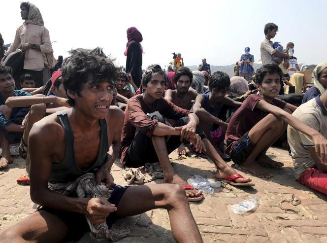 Des réfugiés rohingya secourus par des gardes-côtes bangladais, le 16 avril, près de Cox's Bazar.