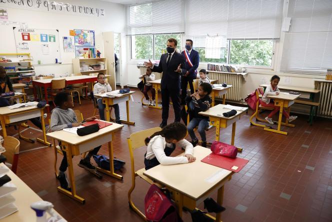 Emmanuel Macron visite une école de Poissy (Yvelines), accompagné du maire Karl Olive, le 5 mai.