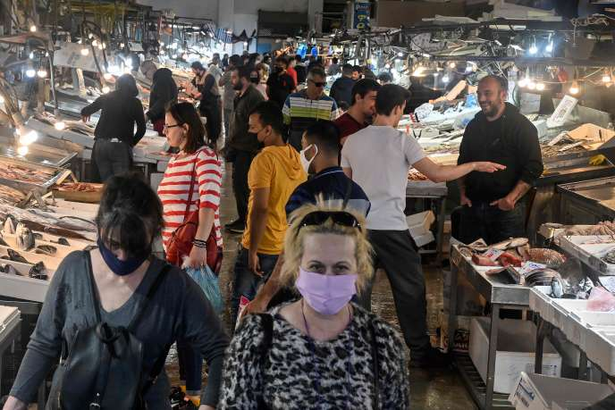 Au marché aux poissons d'Athènes, le 5 mai, aux premiers jours d'un déconfinement progressif.