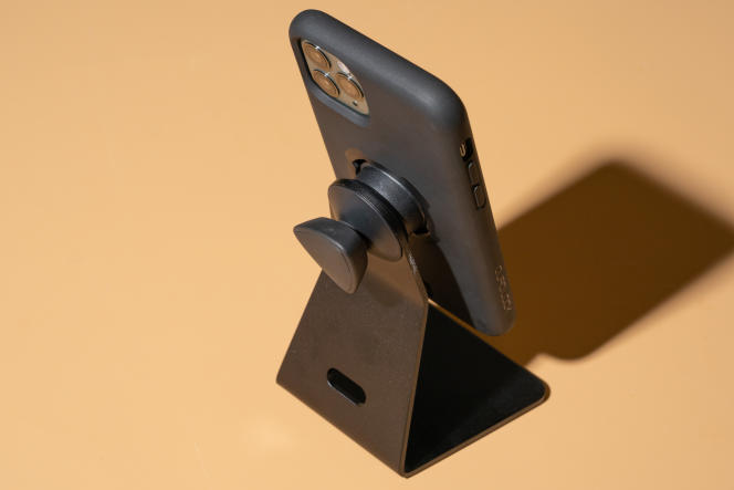 La coque Quad Lock fixée sur le support de bureau.