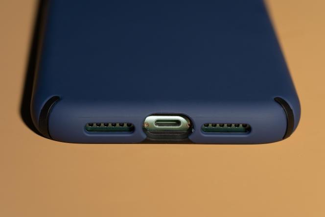 Les ouvertures de la tranche inférieure, pour les haut-parleurs, le micro et le port Lightning, sont bien dimensionnées.